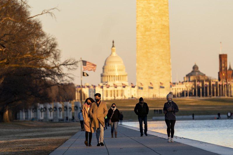 彭博資訊數據顯示,先進國家今年初經濟相當困難,新興經濟體則表現分歧。圖為1月23日,佩戴口罩的遊客在美國華盛頓林肯紀念堂倒影池遊覽。 新華社