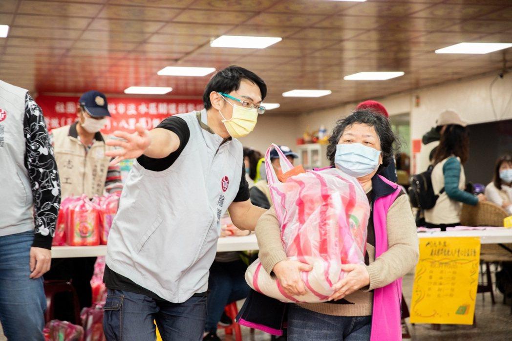 志工親送年節紅包和生活用品等物資,傳遞龍巖深耕在地的溫暖熱情。業者/提供