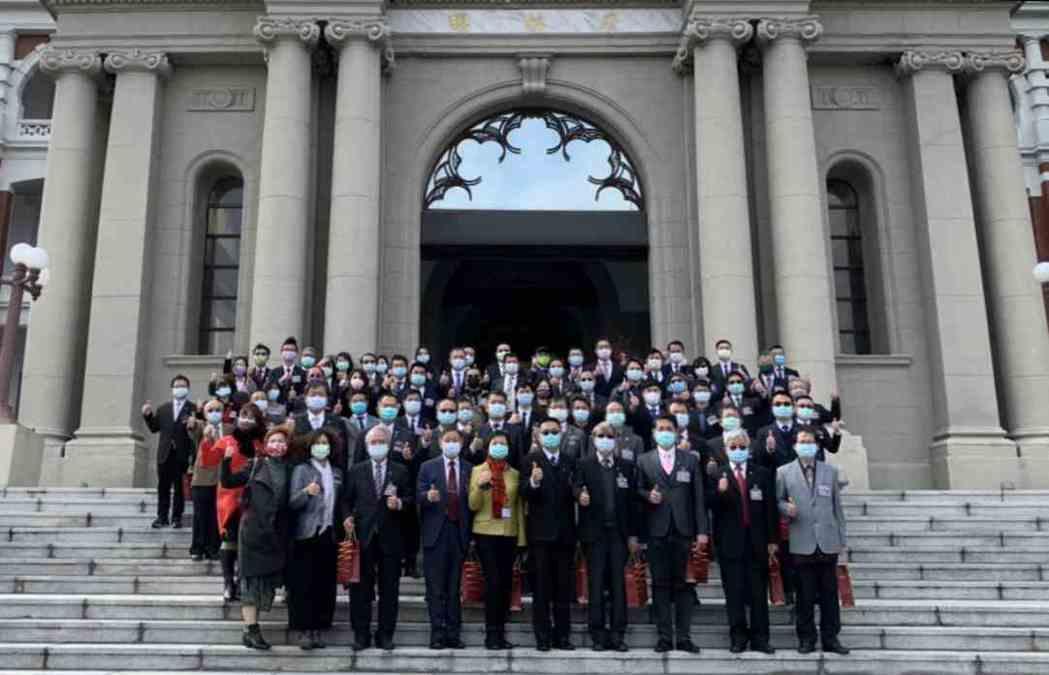 第21屆國家建築金獎暨109年度台灣誠信品牌獲獎單位代表於總統府合影。 台灣永續...