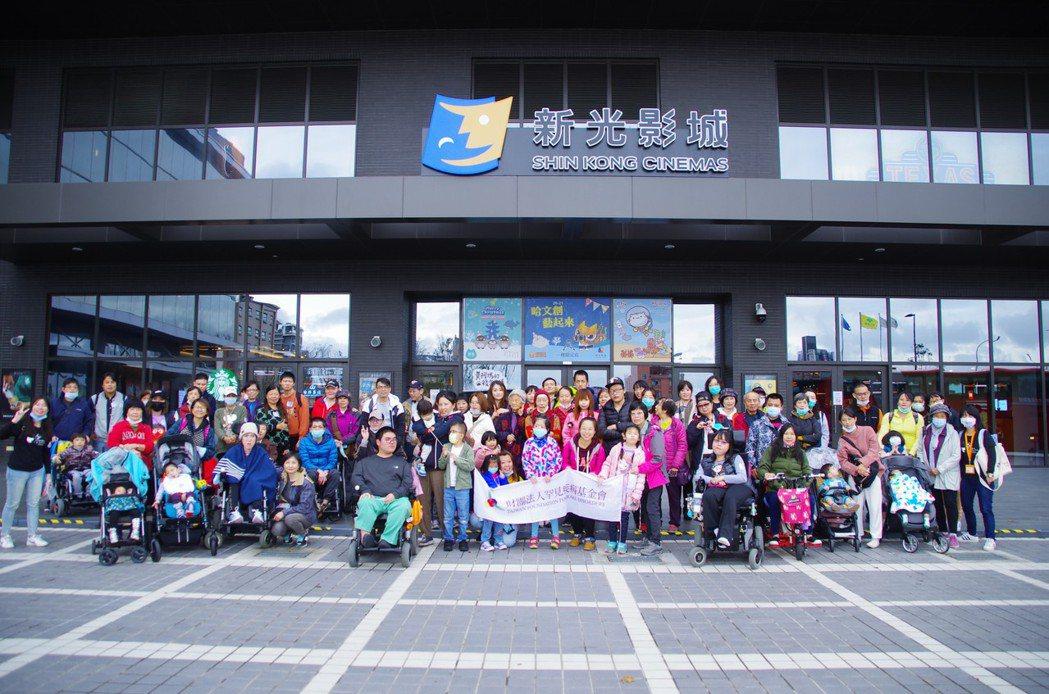 台灣費森尤斯卡比志工與罕病家庭在水族館前開心合影。台灣費森尤斯卡比/提供