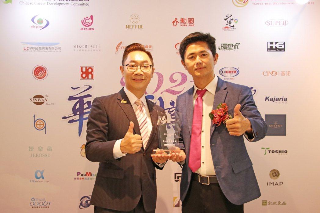 有「行動加盟始祖」之稱的呂世博(右),創立台灣生技品牌「婕樂纖」,憑藉企業創新能...