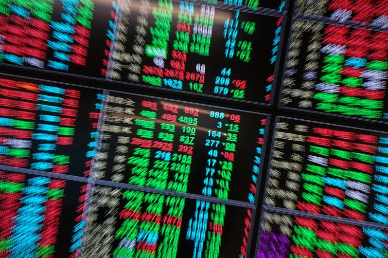 台北股市25日開低震盪走低,加權指數終場收在15946.54點,下跌72.49點,跌幅0.45%,成交值新台幣3511.81億元。圖/中央社