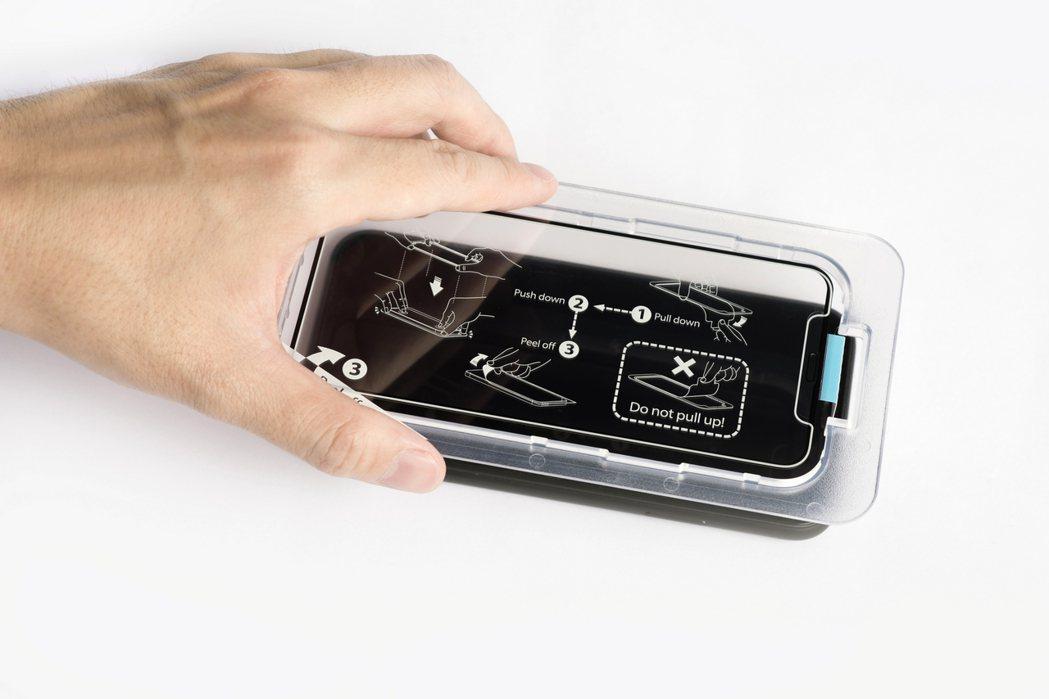 由業者獨自設計的「對位框」,即使5歲到105歲,都可輕鬆在家自行完成手機螢幕貼膜...