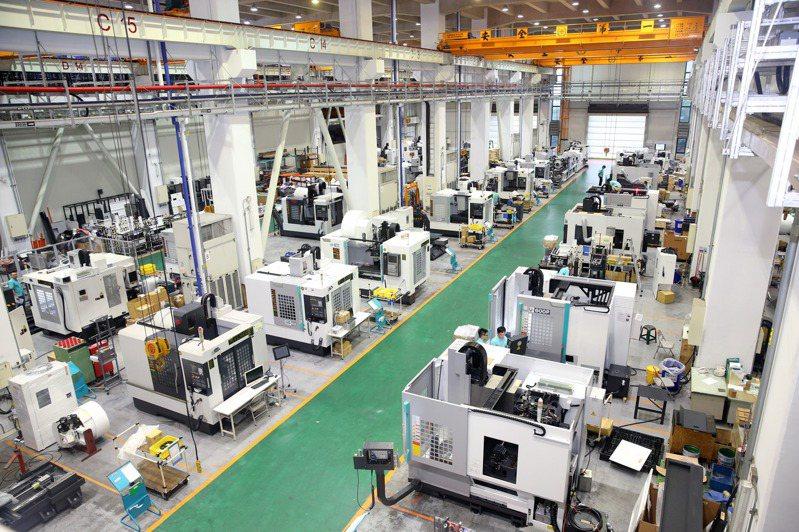 經濟部統計處今(25)日公布12月工業生產,工業生產指數為129.07,達歷年單月最高。圖為友嘉企業集團的工具機生產線。圖/聯合報系資料照