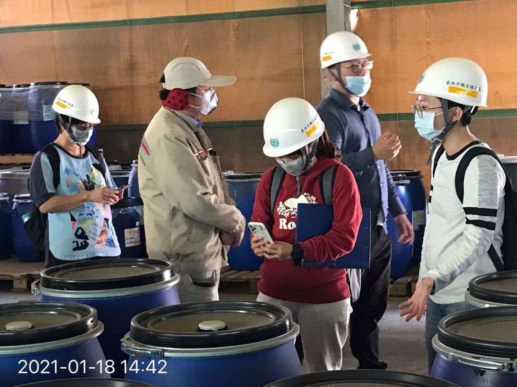 化學物質檢查。  臺南市政府勞工局/提供