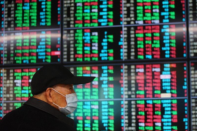 台北股市25日開低震盪走低,投資人密切關注盤勢,加權指數終場下跌72.49點,收在15946.54點。圖/中央社