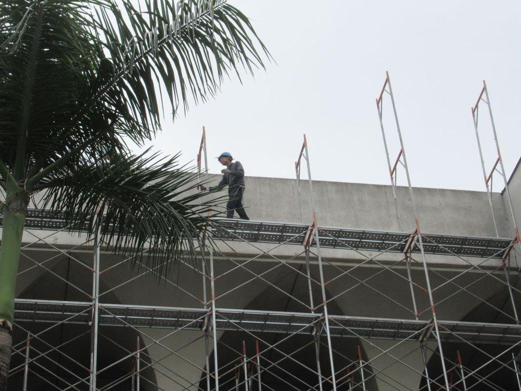 高度1.5公尺以上之場所作業,未設置使勞工安全上下之設備。  臺南市政府勞工局/...