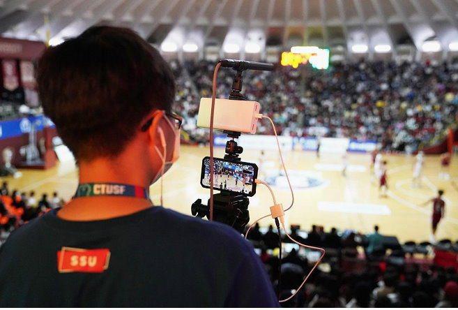 曾慶裕團隊使用iPhone搭配5G訊號轉播。 中華民國大專院校體育總會/提供