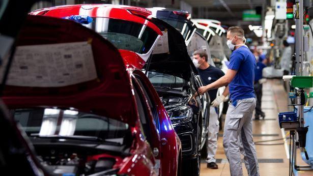 汽車廠「需片孔急」,也正設法使晶片廠多分配一些產能給他們。路透