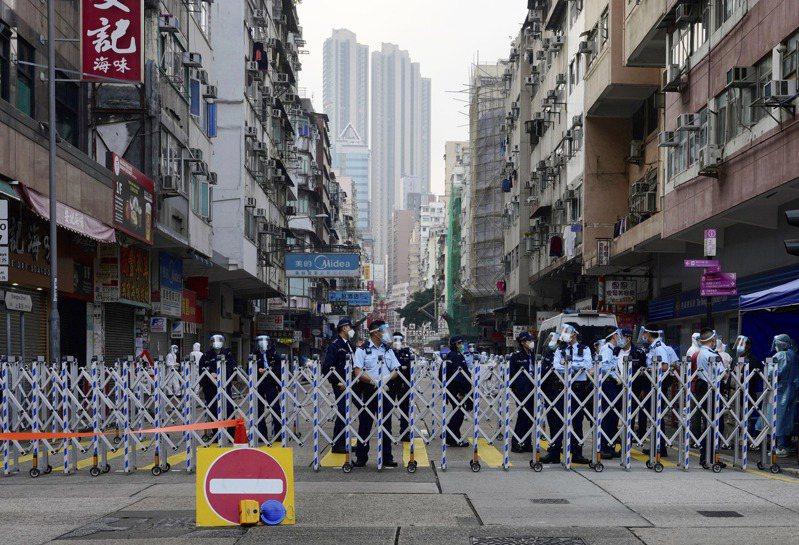 香港當局上週末因為新冠肺炎疫情而圍封了佐敦道及油麻地一帶住宅區。 美聯社