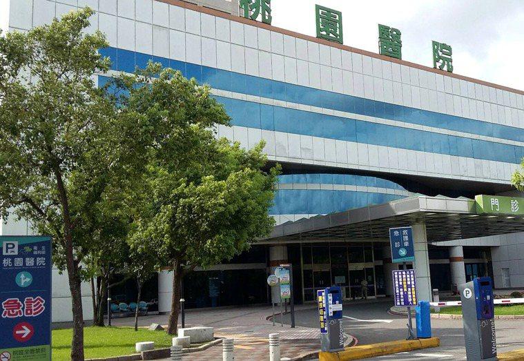 疫情指揮中心宣布,衛福部桃園醫院新冠肺炎群聚案已累計15人確診,包含4個家庭,且...