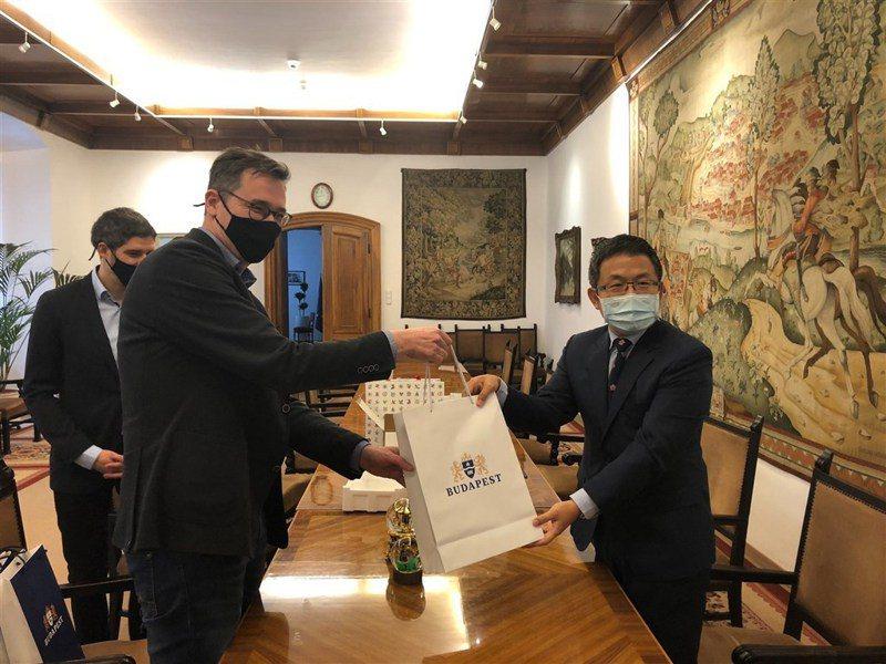 桃園新冠肺炎疫情升溫,匈牙利首都布達佩斯市長卡拉松尼(前左)25日(台灣時間)特地表示聲援。圖為卡拉松尼2020年11月與駐匈代表劉世忠(右)會面,並感謝桃園市捐贈布達佩斯30萬片醫療口罩。圖翻攝自twitter.com/bpkaracsonyg