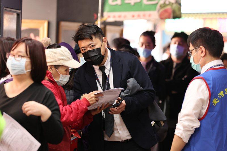 台灣產物保險推出防疫保單,吸引大批民眾前往排隊投保,今天隊伍一路從台北館前路到南陽街四百公尺長,台產險動員幾乎所有員工處理人流。記者曾原信/攝影