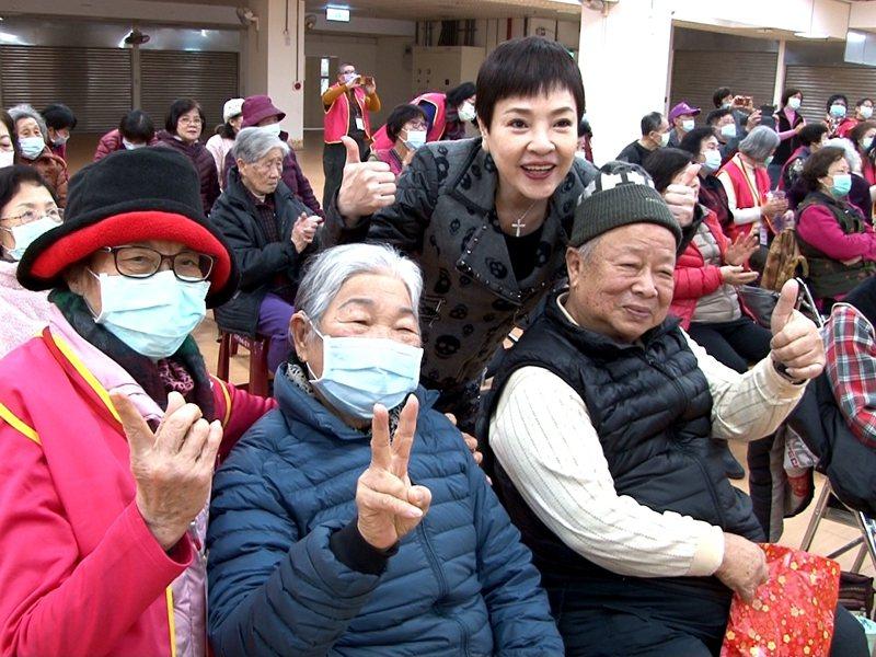 台灣優質生命協會由資深藝人紀麗如、唐玲、林沖等帶動唱,長者們開心來追星。 圖/觀天下有線電視提供