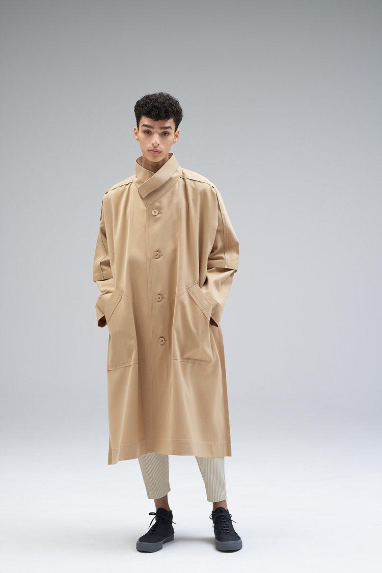 機能剪裁的大衣,透過內側翻褶的壓褶處理打造雙層袖子的結構。圖/ISSEY MIY...