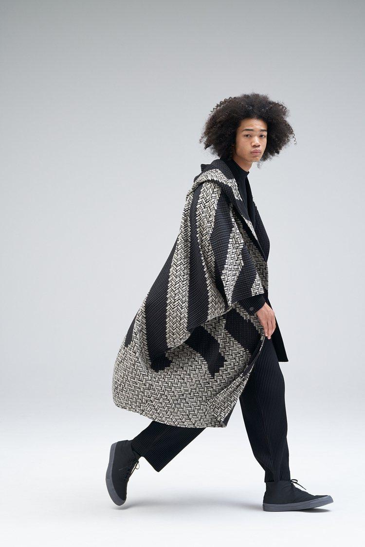 以手繪圖案為特色的「編織縐褶」靈感來自非洲編織籃。圖/ISSEY MIYAKE提...