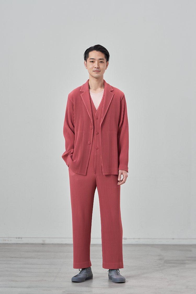 以壓褶平織布料表現俐落輪廓「剪裁縐褶」系列。圖/ISSEY MIYAKE提供