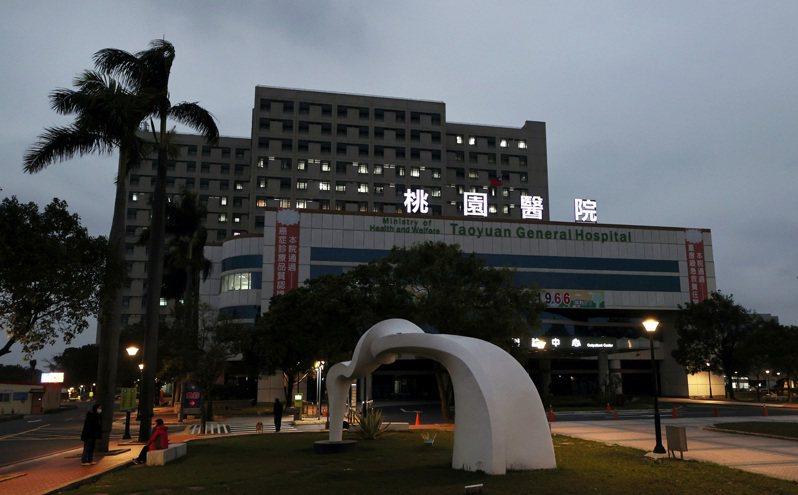 部立桃園醫院群聚感染再添兩名確診者,全院均列為紅區,近五千人居家隔離。記者曾原信/攝影