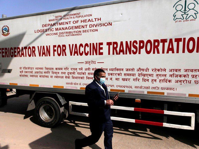 印度免費提供尼泊爾的新冠疫苗已送達,尼泊爾一名官員21日在首都加德滿都經過運送疫苗的冷藏貨櫃。路透