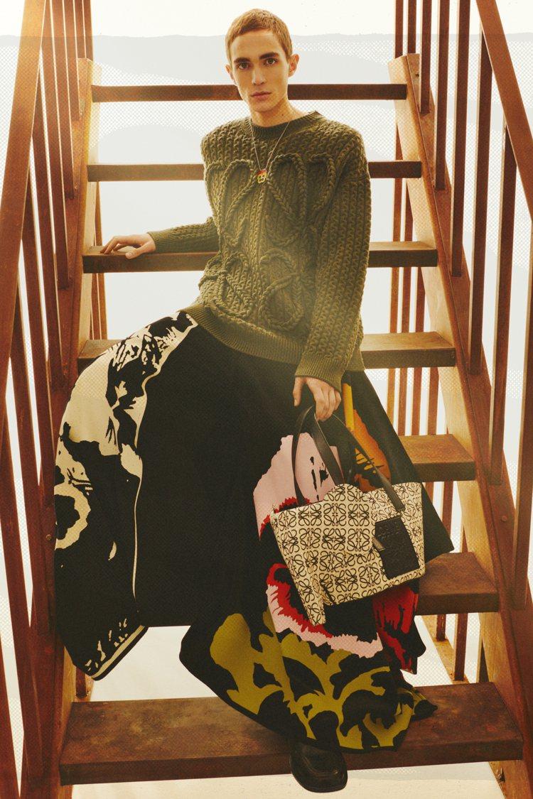 美國藝術家Joe Brainard的創作,也成了LOEWE秋冬服裝與包款的印花、...