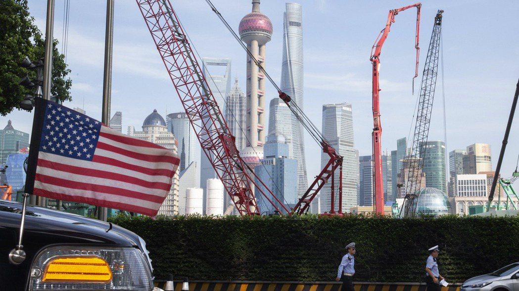 中國超越美國成全球最大FDI流入國。圖為上海天際線檔案圖,前方是一輛美國大使館用...