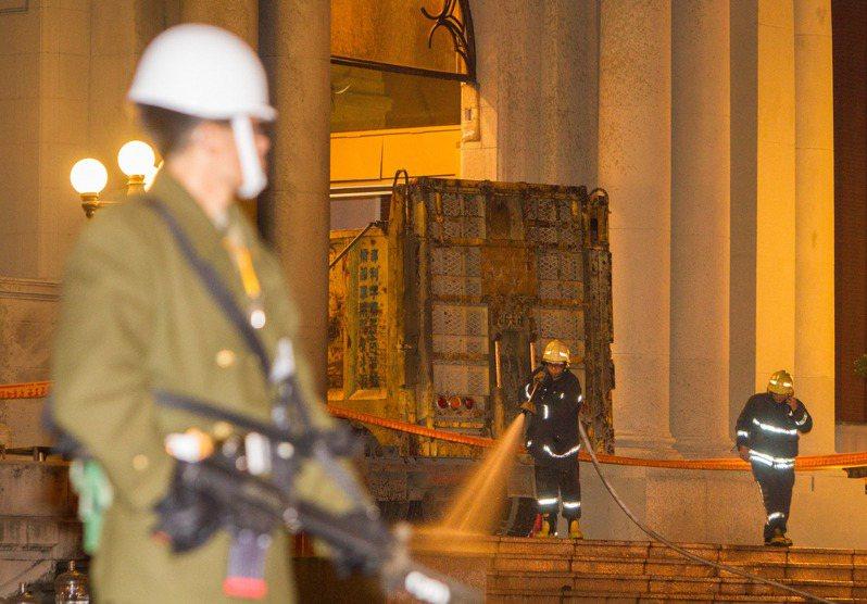 一輛砂石車突破總統府前維安防線衝撞進介壽門內,警憲人員立即封鎖現場。圖/聯合報系資料照片