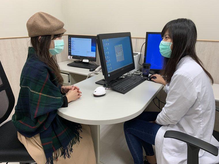 鄭映芝發現該女嚴重缺乏維生素D,因此除原先的藥物治療,並協助女子搭配額外的維生素...