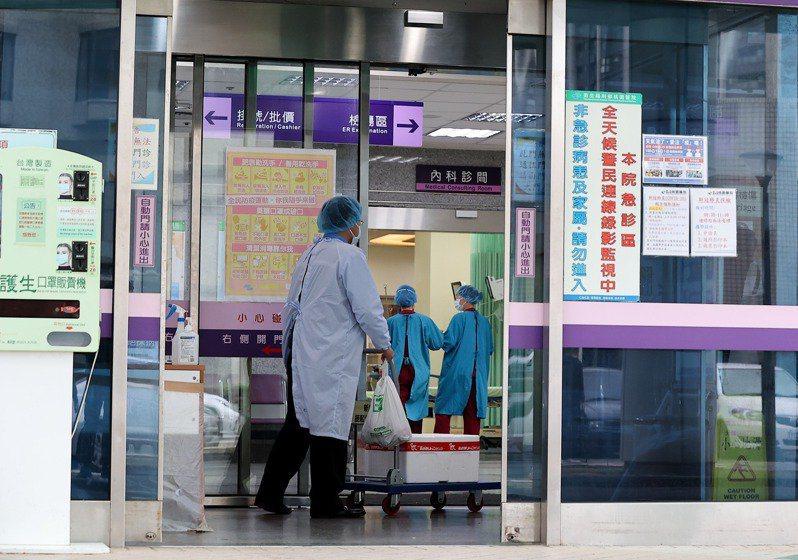 衛福部桃園醫院醫護染疫事件從院內傳入社區,昨日又有一名「低風險綠區」病患(案889)及其同住妻子(案890)染疫,指揮中心昨晚升級全院為「紅區」。報系資料照片