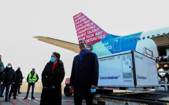 1月16日,首批來自中國的100萬劑新冠肺炎疫苗運抵塞爾維亞貝爾格萊德。當天,武契奇(右)赴機場等候迎接。(新浪微博照片)