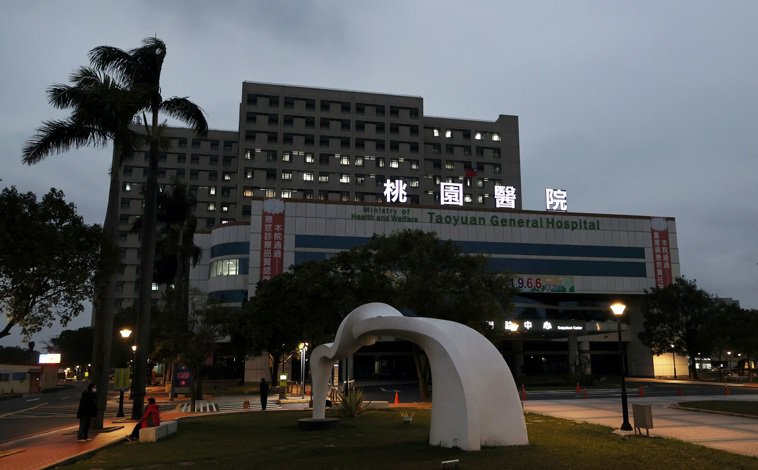 部立桃園醫院群聚感染全院均列為紅區,中央流行疫情指揮中心昨晚宣佈對五千位已出院、...