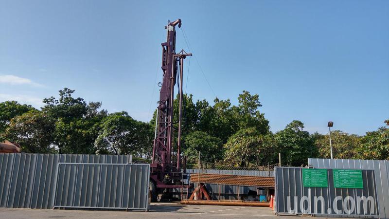 宜蘭冬山河親水公園今天進行溫泉探勘井鑿設工程,位於親水公園後方停車場,將成為宜蘭縣第四個溫泉區。記者戴永華/攝影