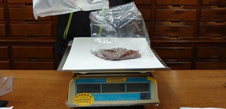 北市衛生局在農曆年前進行年節食品抽驗,其中,1件花椒被驗出殘留農藥超標。圖/北市...