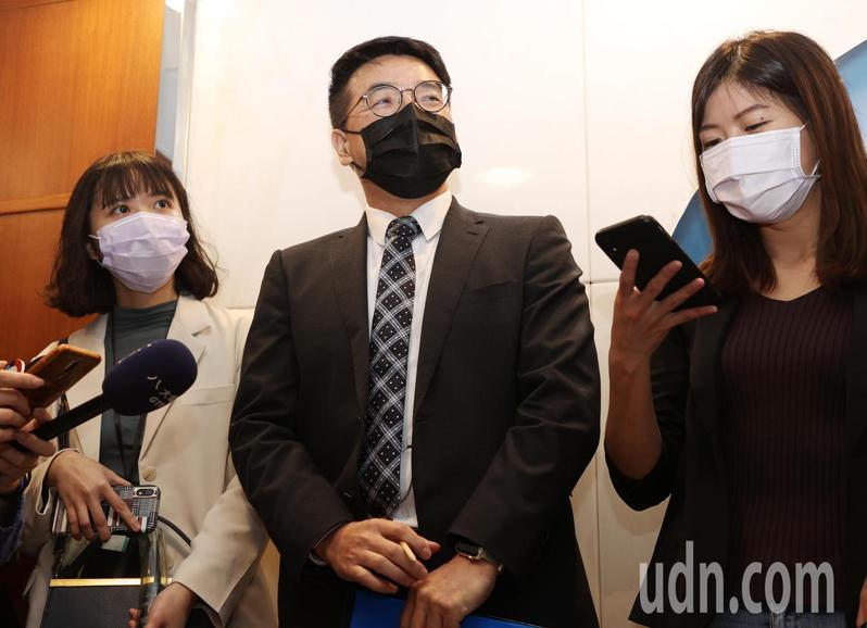臺產發言人黃志傑(中)今天表示,防疫保單目前已有3件理賠申請案,隔離原因都與部桃案相關,接下來會依程序確認相關文件,若沒有問題將儘速完成理賠。記者曾原信/攝影