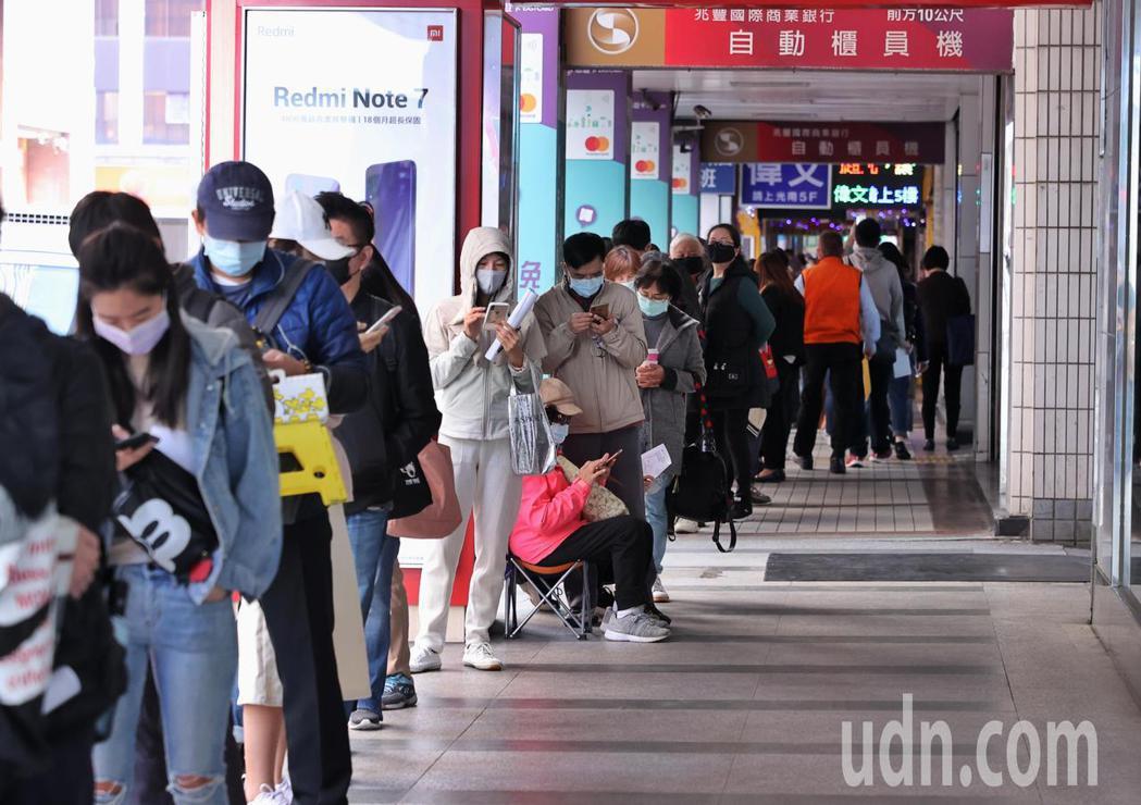 台產險防疫保單大受歡迎,上午有許多民眾排隊等待申辦。記者曾原信/攝影