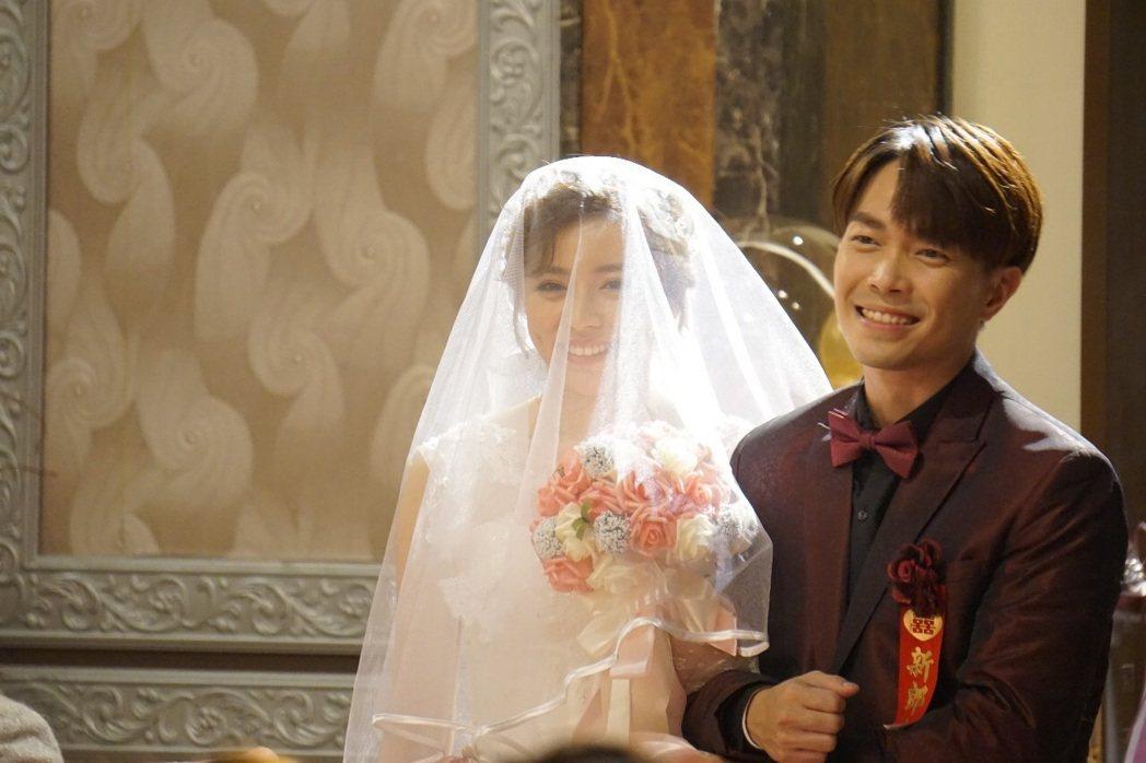 王瞳(左)與許仁杰拍攝婚禮戲。圖/民視提供