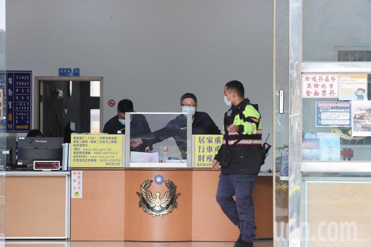 桃園市警局桃園分局龍安派出所傳出1名女警前往醫院戒護犯人,她與接觸員警15人全部...