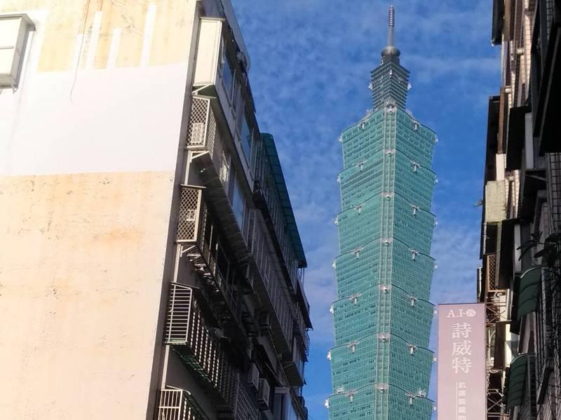 遙望台北一零一的信義區吳興街,曾被網友戲稱最不像台北,也曾有網友形容是「台北市的貧民窟」。記者林麗玉/攝影