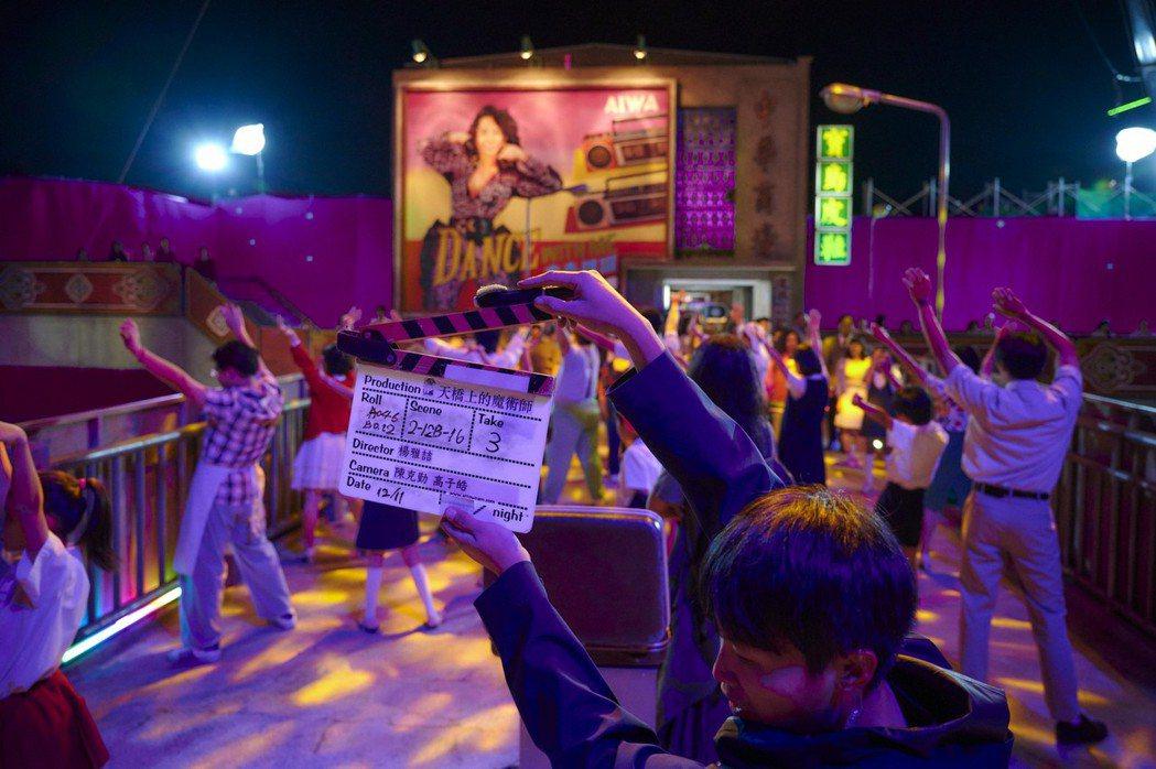 「天橋上的魔術師」出動200人共跳大排舞。圖/公視、myVideo提供