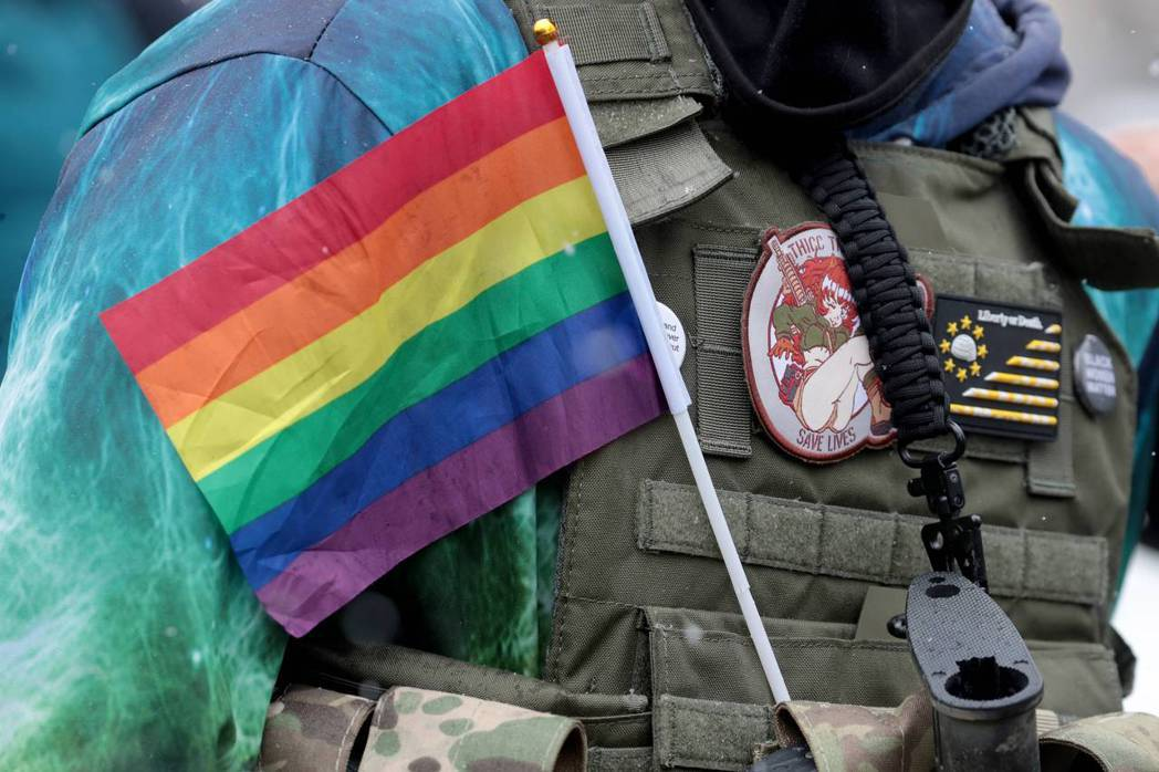 知情人士表示,拜登將取消前總統川普的跨性別者從軍禁令,指出拜登最快會在25日宣布...