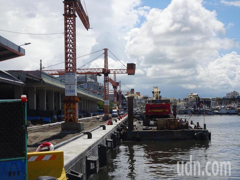 東港漁港客運碼頭是搭船到小琉球民眾的首選,船公司估登島人潮將達上萬人。本報資料照片