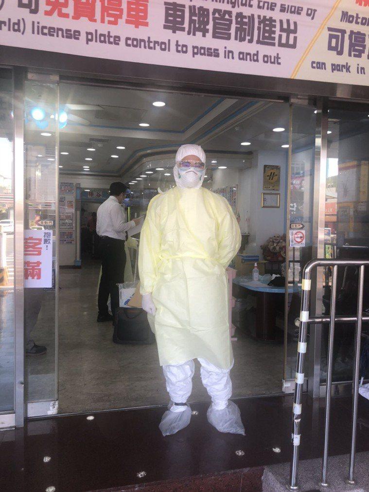台南市衛生局人員上午前往安南區某家防疫旅館採檢。圖/讀者提供