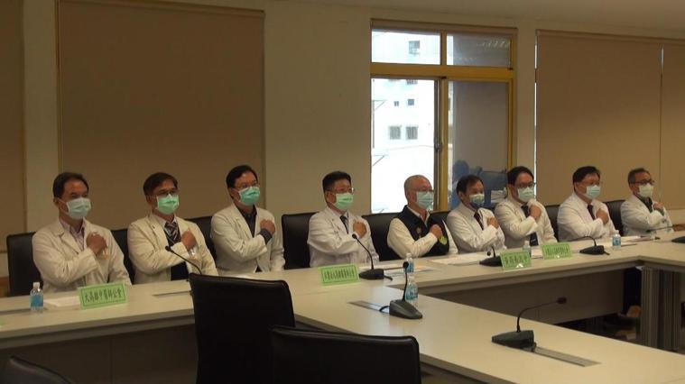 高市衛生局今偕五大醫師公會宣示,防疫規模擴大到2千多家醫療院所,衛生局近期並協助...