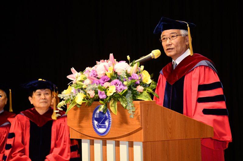 聯強國際集團(2347)總裁兼執行長杜書伍,獲頒授交大名譽工學博士學位,表彰其在企業經營及對社會的重要貢獻。圖/交大提供