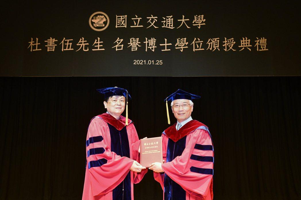 陳信宏校長頒授交大名譽博士學位予聯強總裁兼執行長杜書伍。圖/交大提供