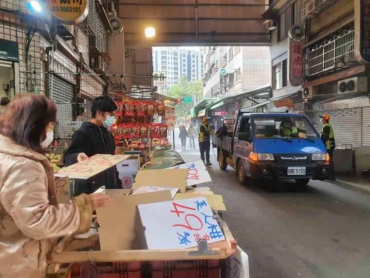 記者下午走訪直擊現場大消毒,不少店家紛紛將紙箱、布袋等物品蓋住水果、衣服等商品。...