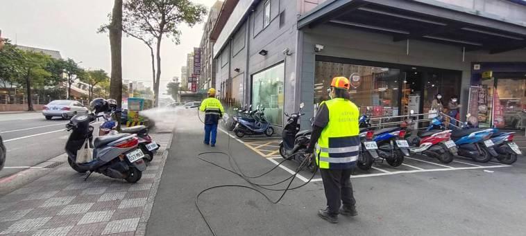 環保局清潔大隊今天負責全聯周邊的環境消毒,由於全聯內部昨天已自行消毒過,目前仍正...