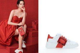 歐陽娜娜露白皙美腿穿搭 RV新年紅色鑽扣鞋好喜氣
