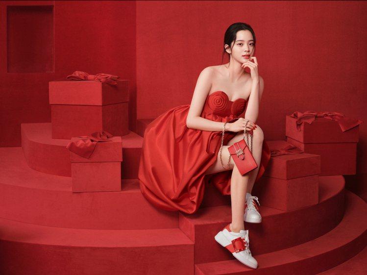 歐陽娜娜示範Roger Vivier新年特別限定商品。圖/迪生提供