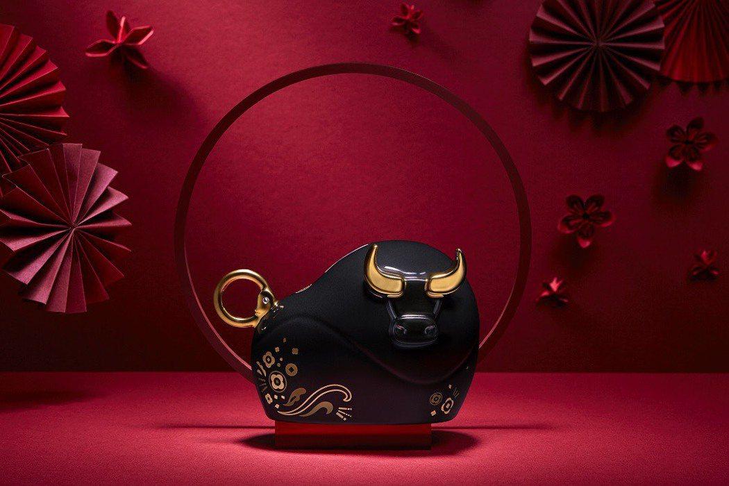 今年新東陽推出牛年限量的瓷器「牛轉乾坤禮盒」,黑金瓷牛的設計寓意「好運佳瓷」。圖...