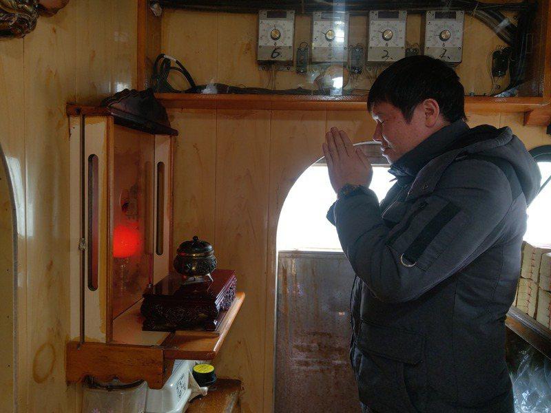 出海面對的是無情的風雨,漁民將希望寄託在信仰上,祈求滿載而歸,平安而返。記者張議晨/攝影